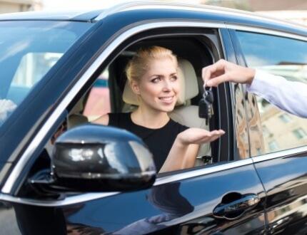 אשה מקבלת לידיה מפתחות של רכב אחרי שסגרה ביטוח חובה