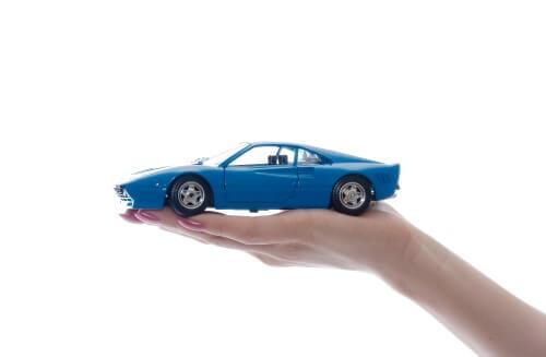 דגם של רכב ביד של אשה