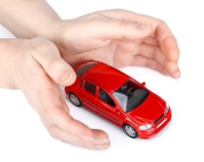 דגם של רכב בין ידיים ששומרות עליו