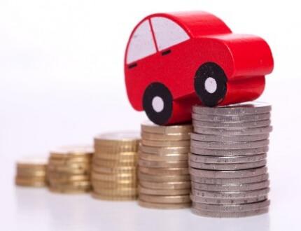 דגם של רכב ומטבעות כסף