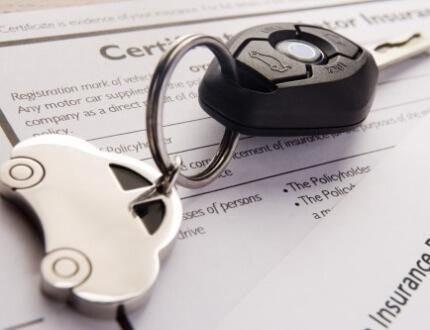 מפתחות של רכב ומסמך של ביטוח