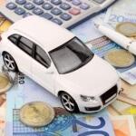 דגם של רכב ושטרות כסף