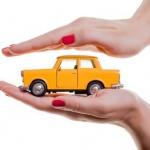 דגם של רכב בין ידיים של אשה