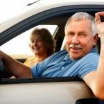 אדם מבוגר נוהג ברכב שיש לו ביטוח חובה