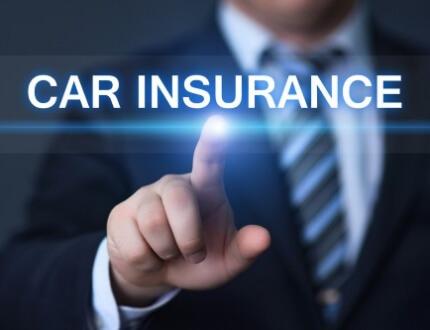 אדם נוגע במסך מגע שעליו כתוב ביטוח רכב