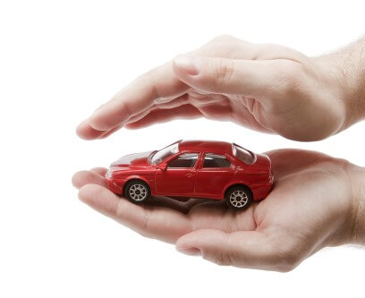 אדם מחזיק דגם של מכונית בין הידיים