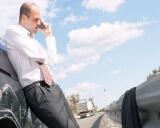 אדם משוחח בטלפון אודות תביעת צד ג'