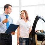 אשה בודקת אופציה של ביטוח חובה