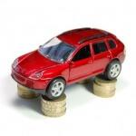 רכב קטן עומד על מטבעות כסף