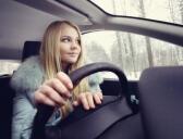 נהגת צעירה נוהגת ברכב עם ביטוח מקיף