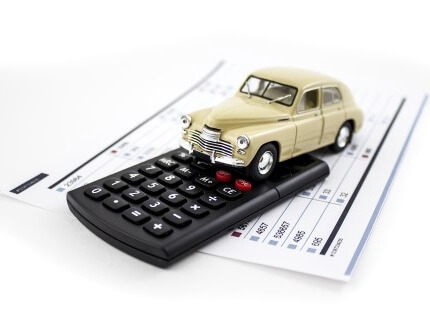 דגם של רכב, מחשבון ופוליסה של ביטוח חובה