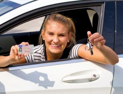 נהגת צעירה נוהגת ברכב עם ביטוח