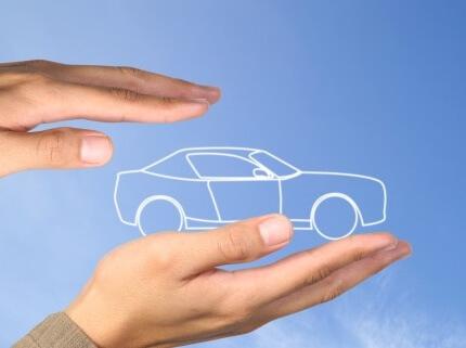 אדם מקיף תמונה של רכב בידיים שלו