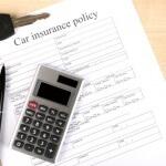 פוליסת ביטוח רכב, מחשבון, עט ומפתחות של רכב