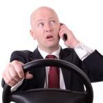 אדם מדבר בטלפון עם חברת ביטוח