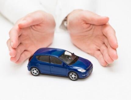 אדם שומר על רכב קטן בין שתי ידיו