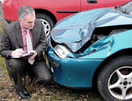 אדם כורע ליד רכב שעבר תאונה