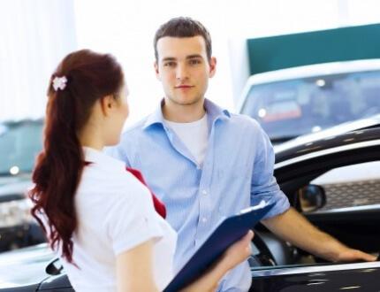 בחור ובחורה עומדים ליד רכב