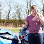 אדם מדבר בטלפון אחרי תאונה