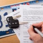 אדם חותם על מסמך לחידוש ביטוח חובה