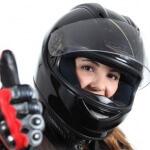 רוכבת אופנוע שיש לה ביטוח מקיף מצומצם