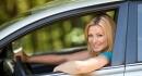 סטודנטית נוסעת ברכב לאחר ביצוע ביטוח
