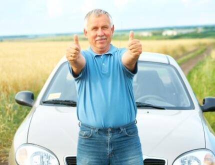 איש מבוגר שמח שעשה ביטוח צד ג לתקופה קצרה